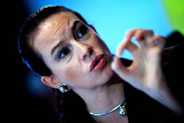 QUI02. QUITO (ECUADOR), 13/04/2010.- La ministra coordinadora de Patrimonio de Ecuador, María Fernanda Espinosa, habla hoy, martes 13 de abril de 2010, en rueda de prensa en Quito (Ecuador), donde confirmó que el Programa de Naciones Unidas para el Desarrollo (PNUD) se reunirá mañana, en Nueva York, para analizar la propuesta ecuatoriana sobre el fideicomiso para gestionar el dinero que se recaude en el marco de la iniciativa Yasuní-ITT, que pretende dejar en tierra el petróleo de una parte de la Amazonía ecuatoriana. EFE/José Jácome