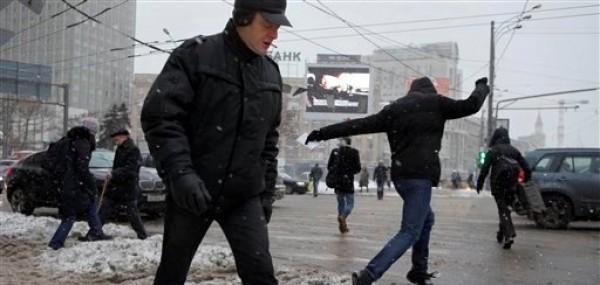 Los peatones tratan de no resbalar en medio de una tormenta de nieve en el centro de Moscú el 29 de noviembre del 2012. Se anticipa que la prematura tormenta será la más intensa en medio siglo para un mes de noviembre (AP Foto/Ivan Sekretarev)