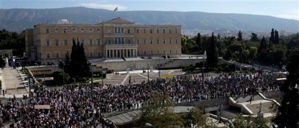 Una multitud protesta frente al Parlamento griego en Atenas, el martes 6 de noviembre de 2012, contra un nuevo paquete de medidas de austeridad (AP Foto/Dimitri Messinis)