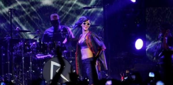 """Rihanna ofrece un concierto el miércoles 14 de noviembre del 2012 en El Plaza Condesa de la Ciudad de México, donde inauguró su gira mundial """"777"""". (AP Foto/Marco Ugarte)"""