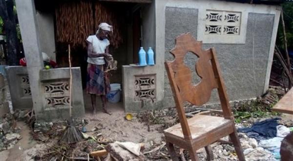 Una mujer limpia su vivienda tras el paso del huracán Sandy, en Gran Goave, Haití, el viernes 26 de octubre de 2012. (Foto AP/Dieu Nalio Chery)