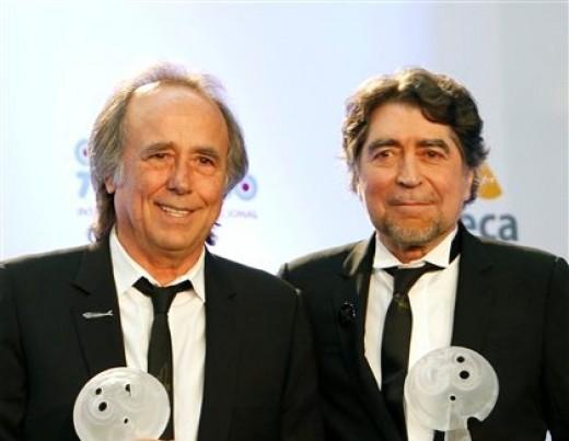 Los cantautores españoles Joan Manuel Serrat, izquierda, y Joaquín Sabina posan para los fotógrafos durante la entrega de los Premios Lunas del Auditorio Nacional, en la Ciudad de México, el miércoles 31 de octubre de 2012. (Foto AP/Marco Ugarte)