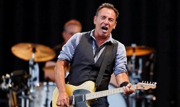 Bruce Springsteen toca en Boston en esta imagen del 14 de agosto del 2012.  Springsteen y Jon Bon Jovi de Nueva Jersey y Billy Joel de Long Island, Nueva York, participarán el viernes 2 de noviembre del 2012 en un concierto a beneficio de las víctimas del huracán Sandy a transmirse por NBC. (AP Foto/Michael Dwyer, Archivo)