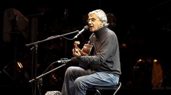 En esta foto del 10 de febrero del 2010, el músico brasileño Caetano Veloso canta durante la celebración de 467o aniversario de Guadalajara, México. Veloso será honrado como Persona del Año en la víspera de los Latin Grammy, el miércoles 14 de noviembre del 2012 en Las Vegas. (AP Foto/Bernanrdo de Niz)