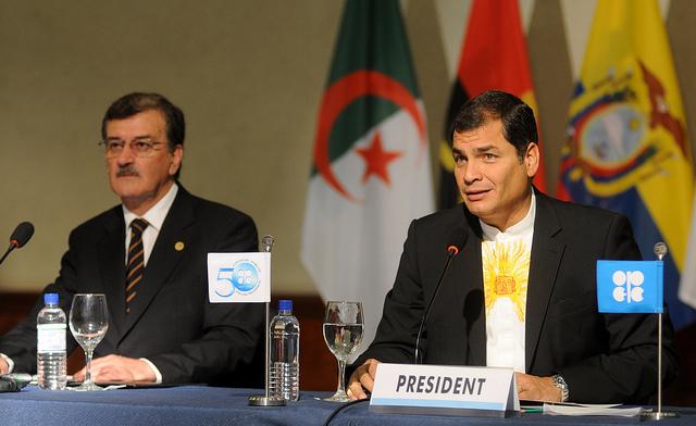 Quito, 11 diciembre 2010. El Presidente de la República, Rafael Correa D, Inauguró la 158 Cumbre de Países de la OPEP que se realiza en Ecuador, a su derecha Wilson Pástor, Ministro de Recursos Naturales no Renovables. (Miguel Romero/Presidencia de la República)
