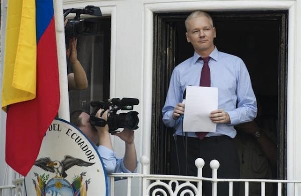 Julian Assange anunciando su asilo político el 19 de Junio del 2012