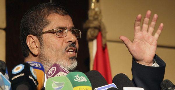 """JW01.EL CAIRO (EGIPTO).22/06/2012.- El candidato de los Hermanos Musulmanes, Mohamed Mursi, habla en rueda de prensa, hoy viernes 22 de junio de 2012 en El Cairo, Egipto. Mursi calificó hoy de """"rumores y mentiras"""" que su agrupación esté buscando generar violencia en el país.. EFE/KHALED ELFIQI"""