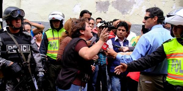 QUITO 27 DE DICIEMBRE 2012. OPERATIVO EN EL CENTRO HISTORICO DE DECOMISO DE CAMARETAS Y POLVORA. FOTOS API.
