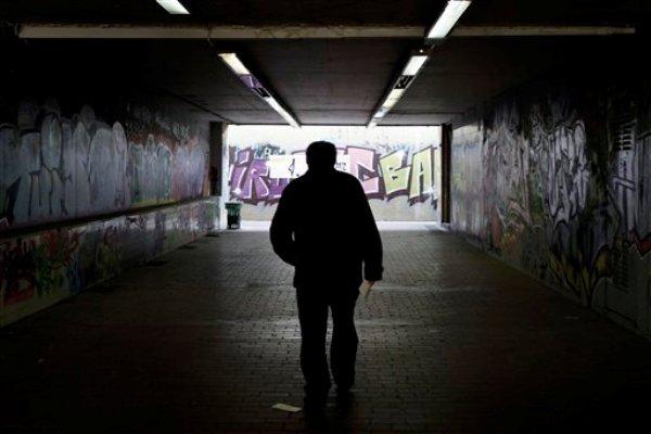 Un hombre atraviesa un cruce peatonal subterráneo en Atenas, el jueves 15 de noviembre de 2012. La economía de Grecia se ha encogido 20% desde que comenzó la crisis en 2006 y el desempleo alcanza un récord de 25%. (Foto AP/Petros Giannakouris)
