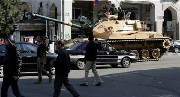 Un tanque del ejército egipcio cerca del palacio presidencial tras los enfrentamientos nocturnos entre partidarios y oponentes del presidente islamista Mohammed Morsi en El Cairo el jueves 6 de diciembre del 2012. (Foto AP/Hassan Ammar)