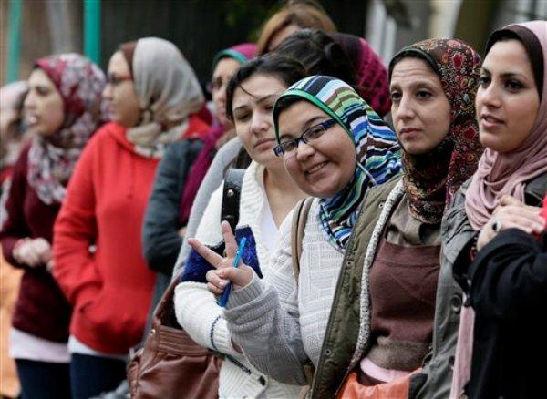 Mujeres egipcias forman fila para votar en un referéndum sobre el proyecto de la Constitución redactada por islamistas que respaldan al presidente Mohamec Morsi, en Alexandria, Egipto, el sábado 15 de diciembre del 2012. (Foto AP/Hassan Ammar)