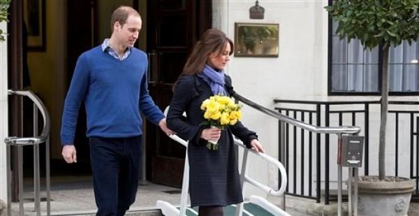 El príncipe Guillermo y su esposa Catalina caminan al salir del hospital King Edward VII en el centro de Londres el jueves 6 de diciembre de 2012. (Foto AP/Alastair Grant)