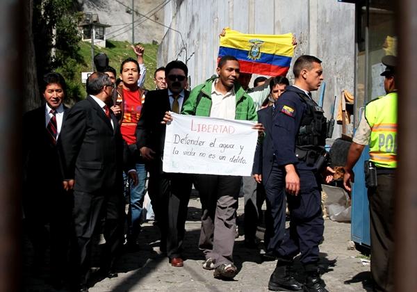 QUITO 21 DE DICIEMBRE 2012. ESPERA DE LA LIBERACION DE LOS DE LULUNCOTO. FOTOS API / JUAN CEVALLOS.
