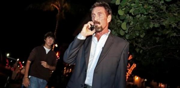 El fundador de la empresa de antivirus informáticos John McAfee habla por teléfono mientras camina en una calle de Miami, Florida, el miércoles 12 de diciembre de 2012. McAfee llegó a Estados Unidos la noche del miércoles tras ser deportado de Guatemala, donde había solicitado asilo para evadir el interrogatorio de la policía de Belice respecto al homicidio de quien era su vecino. (Foto AP/Alan Diaz)