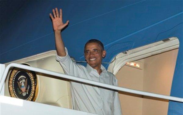 El presidente Barack Obama aborda el avión presidencial en la Base Conjunta Pearl Harbor-Hickam de la Fuerza Aérea de Estados Unidos el miércoles 26 de diciembre del 2012, en Honolulu, en camino a Washington. Obama regresó procedente de Hawai a la capital de la nación a fin de continuar las negociaciones antes de que se venza el plazo, sin que se tengan visos de una solución, ahora en duda. (Foto AP/Carolyn Kaster)