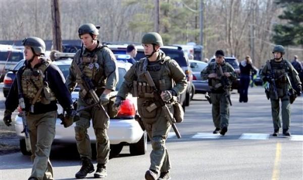 Policías estatales aseguran la zona donde ocurrió un tiroteo en la Escuela Primaria Sandy Hook, en Newtown, Connecticut, que habría dejado al menos 27 muertos, la mayoría de ellos niños, el viernes 14 de diciembre de 2012. (Foto AP/Jessica Hill)