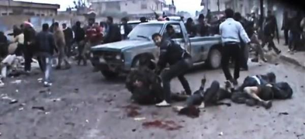 **ATENCION: IMAGENES EXPLICITAS** Imagen de un video aficionado donde se ve a sirios ayudando a heridos y levantando cadáveres causados por un ataque aéreo del régimen en el suburbio de Hama, en Siria, el 23 de diciembre de 2012. (Foto AP/Cadena de noticias Shaam News Network vía AP video)
