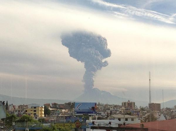Erupción del volcán Tungurahua, vista desde Riobamba, el 16 de diciembre de 2012.  Foto tuiteada por el peridista Fabricio Cevallos.