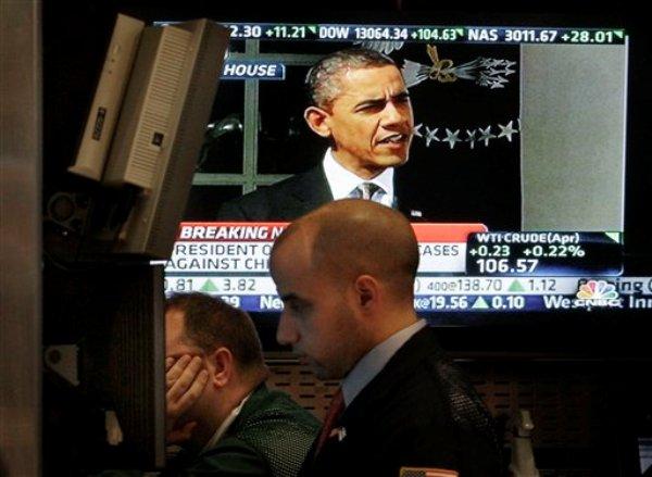 El presidente Barack Obama aparece en un televisor en el piso de la Bolsa de Valores de Nueva York, en esta fotografía de archivo del 13 de marzo de 2012, en Nueva York. (Foto AP/Richard Drew, Archivo)