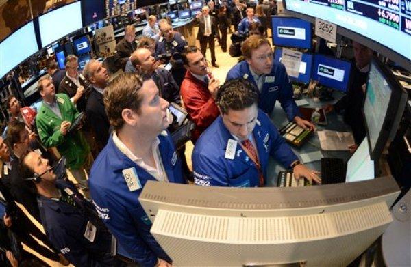 Gregg Maloney (izquierda) y Ronnie Howard (al centro), ambos de Barclays, operan en el piso de la Bolsa de Valores de Nueva York, en esta fotografía de archivo del jueves 8 de noviembre de 2012. (Foto AP/Henny Ray Abrams)