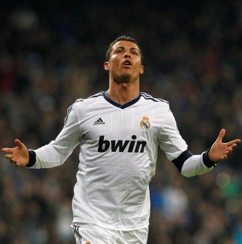Cristiano Ronaldo del Real Madrid tras anotar un gol ante Real Sociedad el domingo 6 de enero de 2013. (AP Foto/Andres Kudacki)