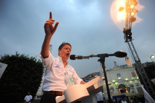 Guayaquil, 4 de Enero del 2012. En la Plaza Colón frente al cerro Santa Ana el candidato presidencial Guillermo Lasso formalizó el inicio de su campaña electoral. APIFOTO/CÉSAR PASACA.