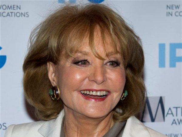 La veterana comentarista de noticias de la ABC, Barbara Walters, sufrió una caída y fue hospitalizada en Washington, dijo un portavoz de la cadena el domingo 20 de enero de 2013. En la imagen, Walters a su llegada a la ceremonia de los Premios Matrix en Nueva York, el 23 de abril de 2012. (AP Foto/Charles Sykes)