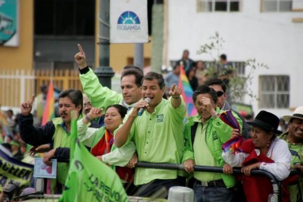 Riobamba,30 deenero del 2013 El Presidente Rafael Correa, candidato a la reelección, hizo un recorrido por la provincia de Chimborazo. En la foto ingresa a la Plaza Alfaro en Riobamba. APIFOTO/Carlos Campaña