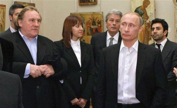 En esta fotografía de archivo del 11 de diciembre de 2010, el entonces primer ministro ruso Vladimir Putin, derecha al frente, y el actor francés Gerard Depardieu, izquierda, asisten al Museo Ruso en San Petersburgo. Putin, ahora presidente de Rusia, concedió el jueves 3 de enero de 2013 la ciudadanía rusa a Depardieu, que se opone a la intención del gobierno galo de aplicar un impuesto de 75% a los acaudalados. Rusia tiene un impuesto parejo de 13%. En la imagen aparece el también actor francés Alain Delon, tercero de derecha a izquierda. (Foto AP/RIA Novosti, Alexei Nikolsky, Pool)