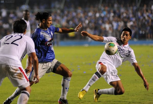 Guayaquil, 24 de enero de 2013. En el Estadio Capwell se realiza la Explosión Azul 2013 y en la misma Emelec recibe al San Martin de Perú. APIFOTO/CÉSAR PASACA