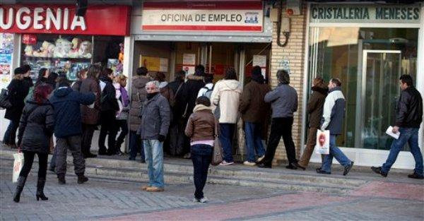 Varias personas entran en una oficina de registro de desempleados en Madrid el jueves 24 de enero de 2013. La tasa de paro en España alcanzó 26,02% en el cuarto trimestre de 2012. (Foto AP/Paul White)