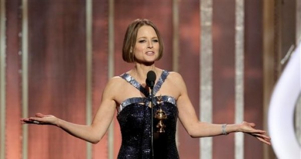 En esta imagen difundida por NBC, Jodie Foster acepta el premio Cecil B. Demille a la trayectoria, durante la ceremonia de los Globos de Oro, el domingo 13 de enero del 2013 en Beverly Hills, California. (AP Foto/NBC, Paul Drinkwater)