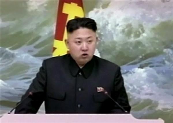 En esta imagen del 21 de diciembre del 2012 tomada de un video, el líder norcoreano Kim Jong Un habla en un banquete para científicos en cohetería en Pyongyang, Corea del Norte.  (AP Foto/KRT via AP Video, File)
