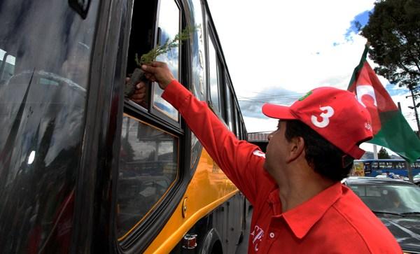 QUITO 04 DE DICMEBRE DEL 2012. El candidato a la presidencia Lucio Gutierrez por el partido sociedad patriotica inicio su campaña en el sector sur de Quito, acompañado por varios simpatizantes. APIFOTO/DANIEL MOLINEROS