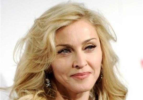 Madonna llega a Macy's Herald Square en Nueva York en una fotografía del 12 de abril de 2012. Un ex bombero enamorado de Madonna fue sentenciado el miércoles 2 de enero de 2013 a tres años de libertad condicional por resistirse a un arresto en Nueva York. (Foto AP/Evan Agostini, archivo)