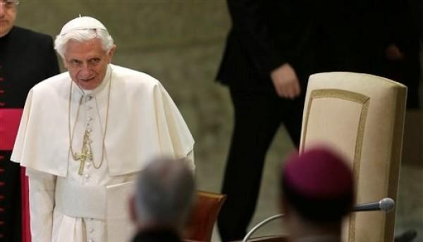 El Papa Benedicto XVI llega a su audiencia general en la sala Paulo VI en El Vaticano, el miércoles 23 de enero de 2013. El viernes 25, Benedicto emitió un mensaje en Twitter, para apoyar protesta antiaborto en Washington  (AP Foto/Alessandra Tarantino)