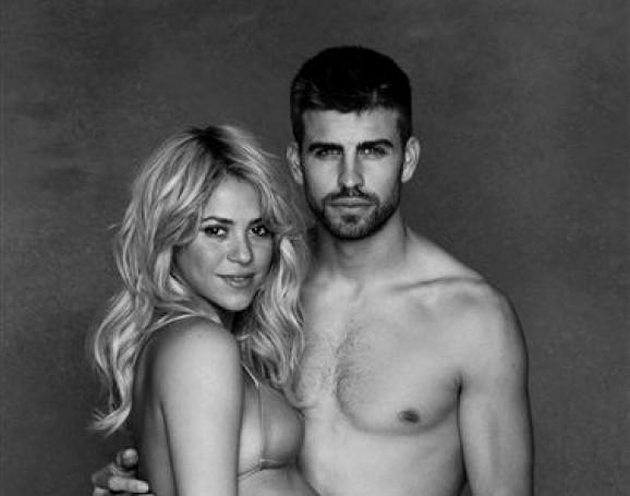 """En esta imagen de diciembre de 2012 cortesía de Shakira, la cantante y embajadora de buena voluntad de UNICEF exhibe su avanzado embarazo junto al padre de su hijo, el futbolista español Gerard Piqué. La pareja está invitando a Baby Shower virtual auspiciado por UNICEF en el que se beneficiarán niños mucho menos privilegiados que el que espera, con """"regalos inspiracionales"""" que incluyen vacunas contra la polio, alimentos terapéuticos y sales rehidratantes. (AP Foto/Cortesía de Shakira)"""