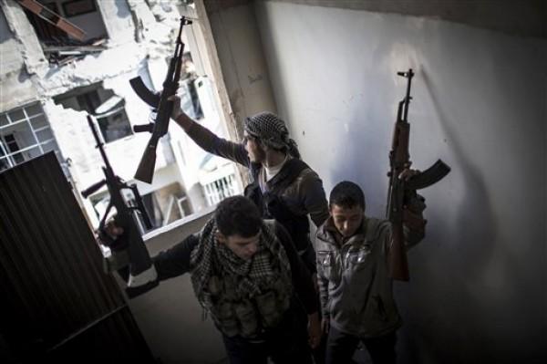 Miembros del Ejército Libre de Siria gesticulan luego de combates en Alepo, Siria, el jueves 3 de enero de 2013. El ejército sirio bombardeó el viernes 4 de enero de 2013 las afueras de Damasco y otras áreas a lo largo y ancho del país, dijeron activistas. (AP foto/ Andoni Lubaki)