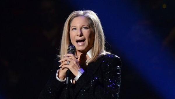 En esta foto del 11 de octubre del 2012 Barbra Streisand se presenta en el Barclays Center de Nueva York. La Academia de las Artes y Ciencias Cinematográficas anunció el miércoles que la artista de 70 años cantará en la próxima ceremonia de los premios Oscar, el 24 de febrero del 2013. (Foto por Evan Agostini/Invision/AP, Archivo)