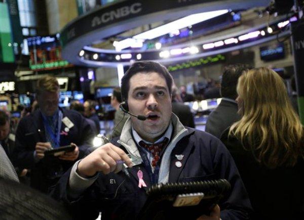 Un operador trabaja en el piso de la Bolsa de Valores de Nueva York, el miércoles 2 de enero de 2013. (Foto AP/Seth Wenig)