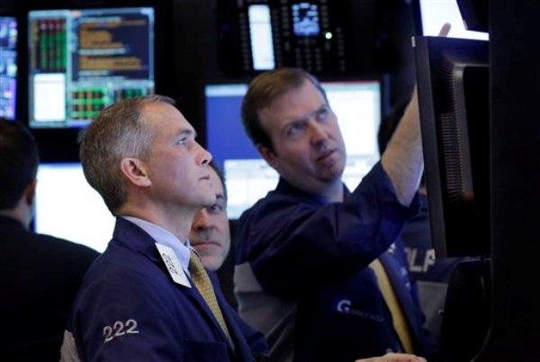 Corredores bursátiles en la sede de la Bolsa de Vsalores de Nueva York el 22 de enero del 2013.  (Foto AP/Richard Drew, File)
