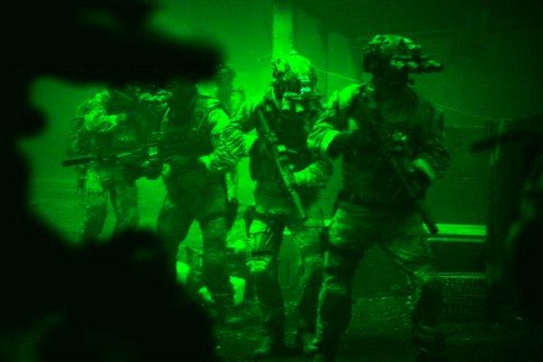 """Esta foto promocional distribuida por Columbia Pictures Industries, Inc. muestra una escena de la película """"Zero Dark Thirty en la que efectivos de la Marina estadounidense preparan el asalto al complejo donde vivía Osama bin Laden. (Foto AP/Columbia Pictures Industries, Inc., Jonathan Olley)"""