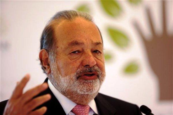 El magnate de las telecomunicaciones Carlos Slim da una conferencia de prensa en el museo Soumaya en la Ciudad de México, el lunes 14 de enero de 2013. Slim anunció la concertación de una sociedad educativa entre la fundación que lleva su nombre y la Academia Khan. (AP Foto/Dario Lopez-Mills)