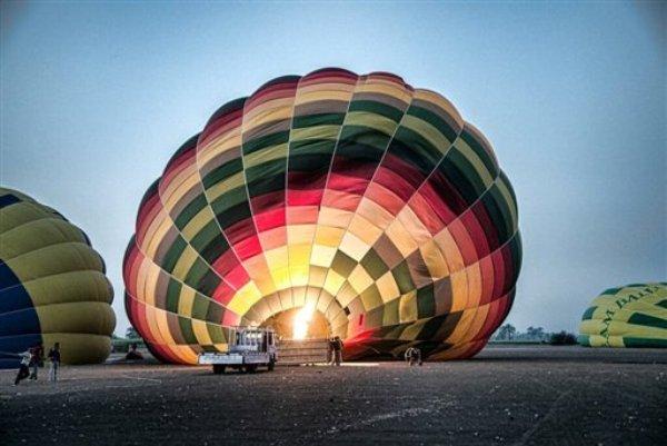 Fotografía provista por Christopher Michel en la que aparece el sitio de donde despegaron globos aerostáticos para turistas cerca de Luxor, Egipto, el martes 26 de febrero de 2013, poco antes de que uno de los globos de accidentara, matando a por lo menos 18 personas. (Foto AP/Christopher Michel)