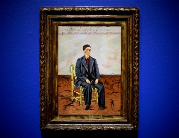 """El ?Autorretrato con el pelo cortado? (1942) de Frida Kahlo en la exposición """"Frida & Diego: Passion, Politics, and Painting"""" en el High Museum of Arts de Atlanta en una fotografía del 8 de febrero de 2013. La exposición inaugurada el jueves 14 de febrero incluye más de 140 obras de los artistas y es la mayor muestra conjunta que se presenta de ambos. La muestra concluye el 12 de mayo. (Foto AP/David Goldman)"""