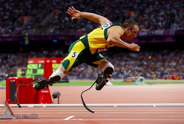 Foto de archivo del 5 de agosto de 2012 del atleta sudafricano Oscar Pistorius en la carrera de 400 metros de los Juegos Olímpicos de Londres. Pistorius fue acusado de asesinar a su novia el viernes, 15 de febrero de 2013, en Pretoria, Sudáfrica. (AP Photo/Anja Niedringhaus, File).