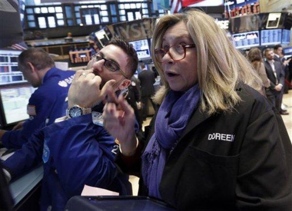 En esta foto del miércoles 6 de febrero de 2013, dos especialistas financieros trabajan en el piso de remates de la Bolsa de Valores de Nueva York (AP Foto/Richard Drew)