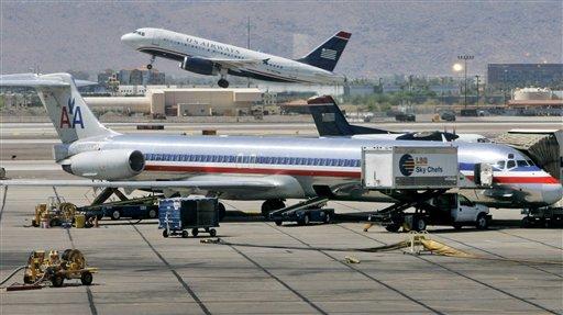 En esta foto del 23 de junio de 2008, un avión de US Airways despega detrás de una aeronave de American Airlines. El miércoles 13 de febrero de 2013, personas cercanas a las negociaciones informaron que ambas aerolíneas han acordado fusionarse. (AP Foto/Matt York, archivo)
