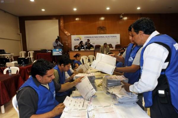 Guayaquil, 19 de Febrero del 2013. En el CNE continuo el conteo de votos. APIFOTO/CESAR PASACA.
