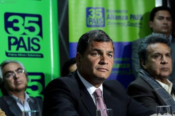 QUITO 5 DE FEBRERO DEL 2013. Rafael Correa se solidarizo con las victimas y las familias de los facellidos en Quininde. FOTOS API / JUAN CEVALLOS.